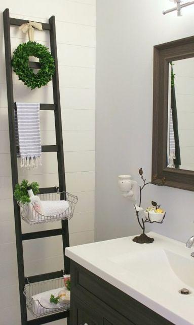 escada decorativa preta no banheiro