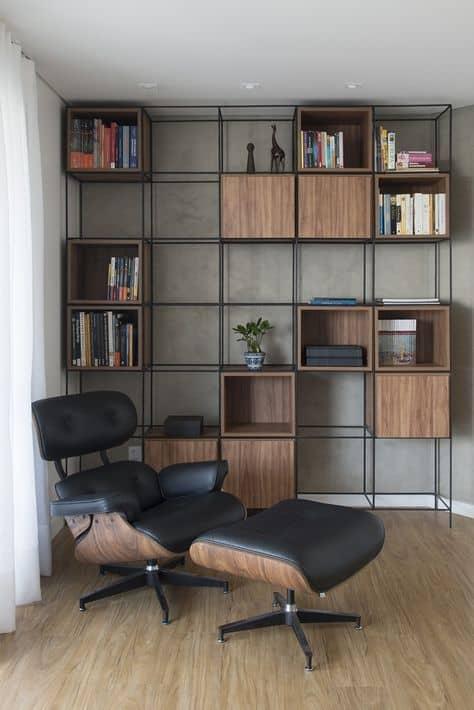 estante industrial com nichos de madeira para livros
