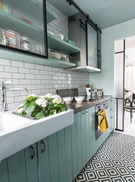 cozinha planejada em verde menta com azulejo de metro