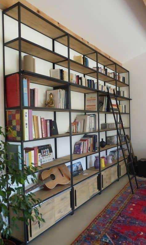 estante de livros estilo industrial com escada
