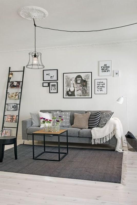 sala com decoracao industrial e escada decorativa preta