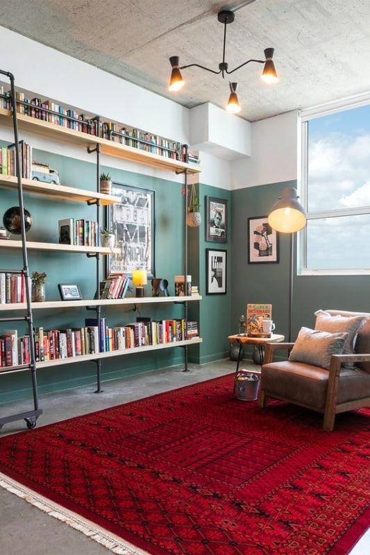 estante de livros com canos de ferro e escada de correr