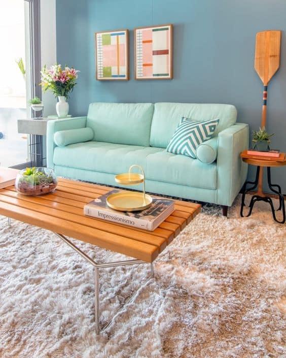 sala com sofa verde menta e parede azul