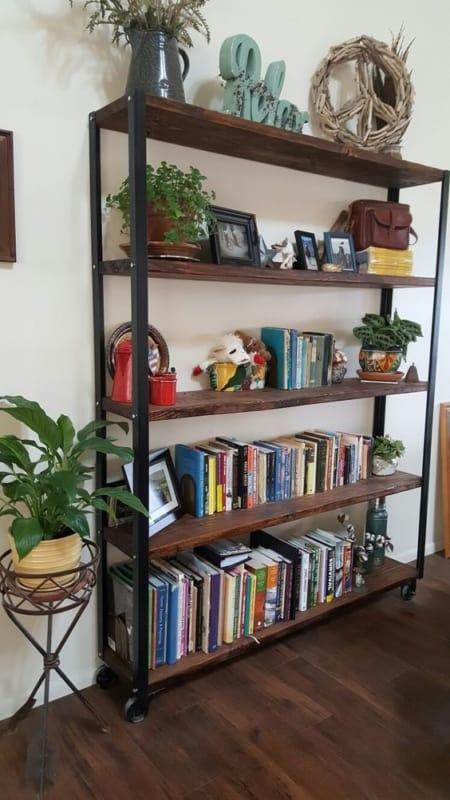 estante de livro industrial com prateleiras rusticas de madeira
