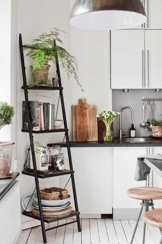 estante escada decorativa preta na cozinha