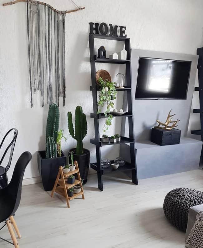 sala com escada estante preta na decoracao