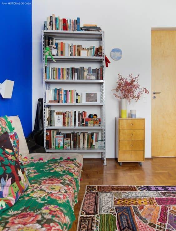 sala simples com estante de livros de aco