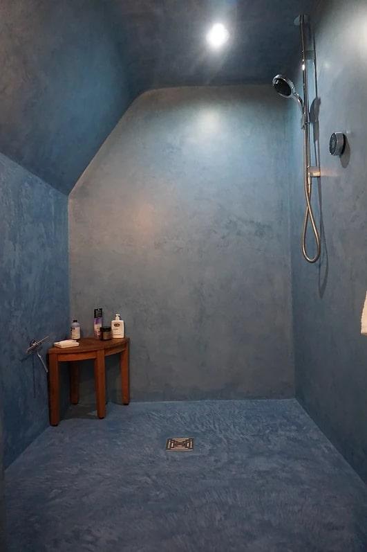 banheiro estilo industrial em concreto polido