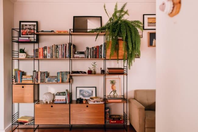 estante estilo industrial na sala com livros