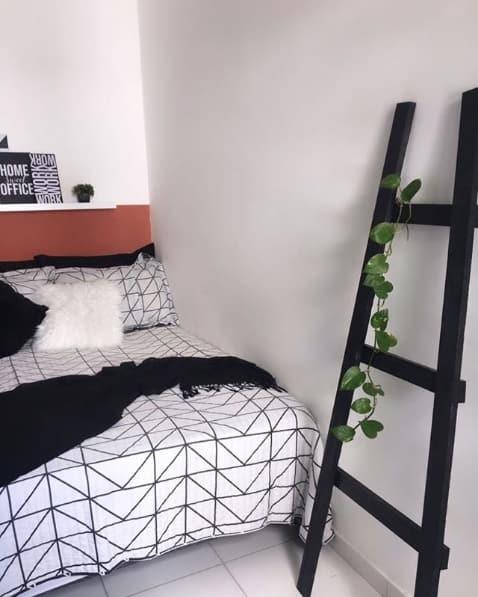 quarto com decoracao em preto e branco e escada decorativa