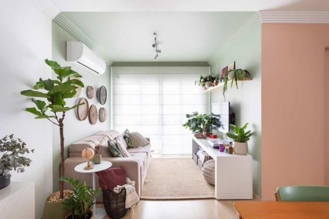 sala com parede e teto pintado em neo mint