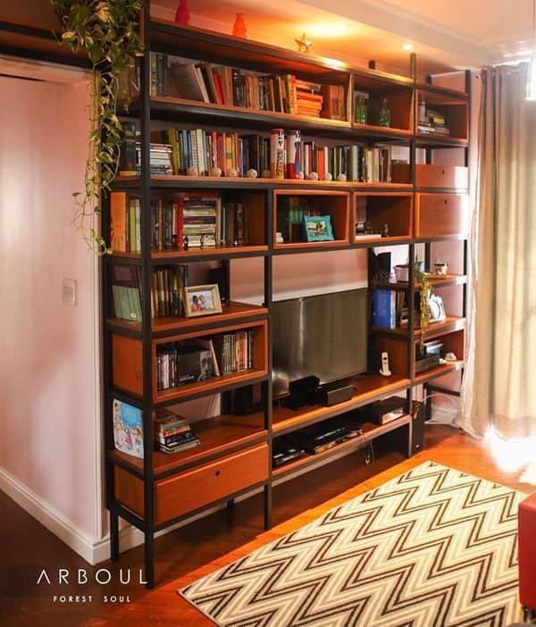 estante industrial com livros na sala