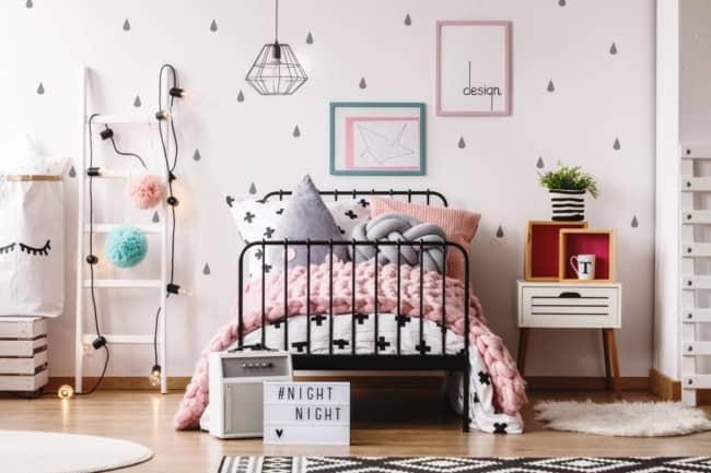 quarto de menina com escada decorativa branca e cordao de luzes