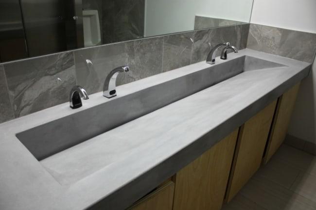 bancada de banheiro moderna em concreto polido