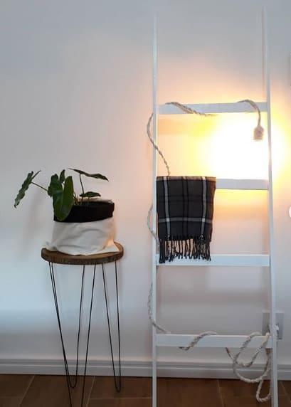 escada decorativa branca com luminaria