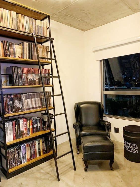 biblioteca em casa com estante industrial