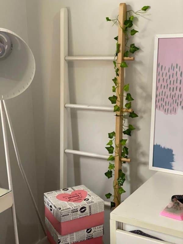 escada decorativa de madeira pintada de branco