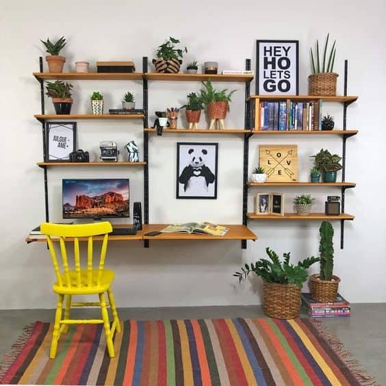 home office simples com estante industrial suspensa