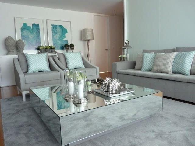 sala com sofa cinza e almofadas em verde menta