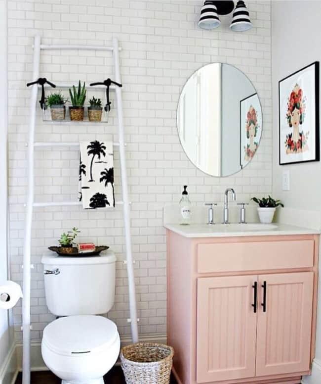 banheiro com escada decorativa branca
