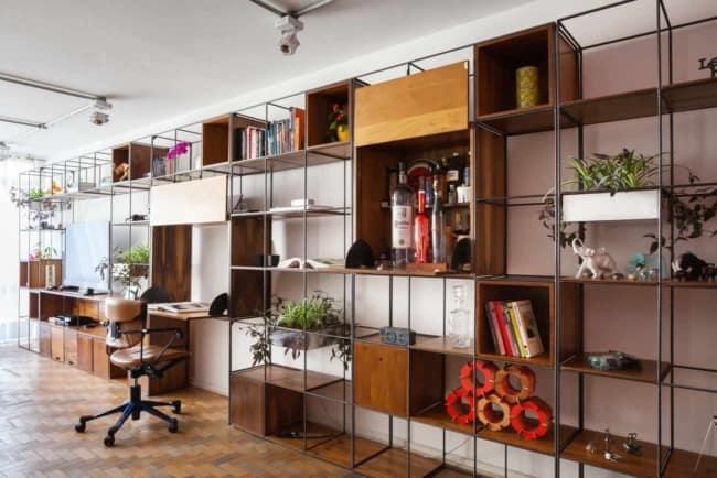 estante industrial com nichos no escritorio