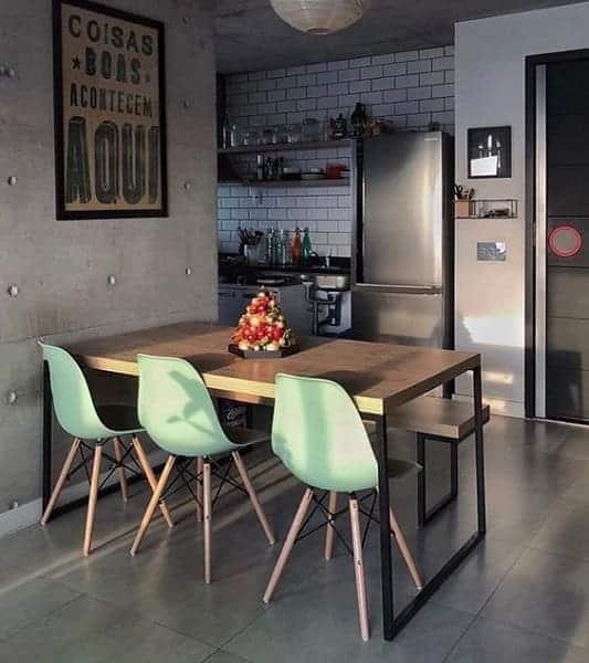sala de jantar com cadeiras em verde menta