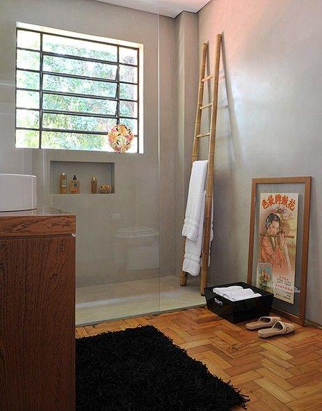 banheiro com escada decorativa de bambu