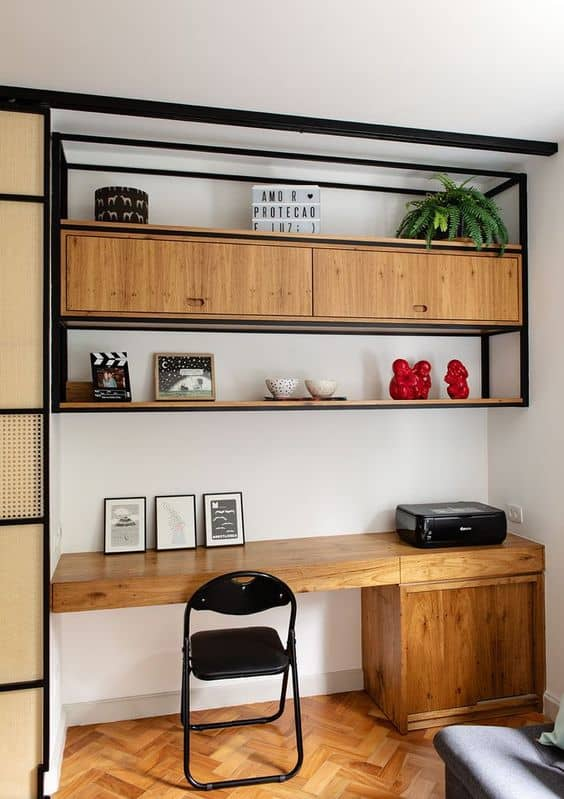 home office pequeno com estante industrial suspensa