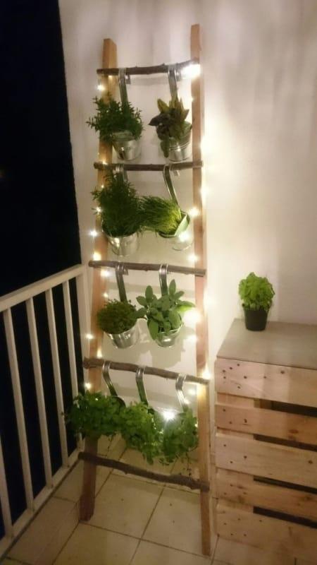 escada decorativa rustica na sacada com jardim vertical