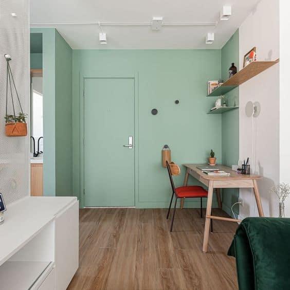 sala com porta e parede em verde menta
