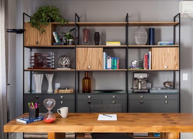estante industrial com gavetas no escritorio