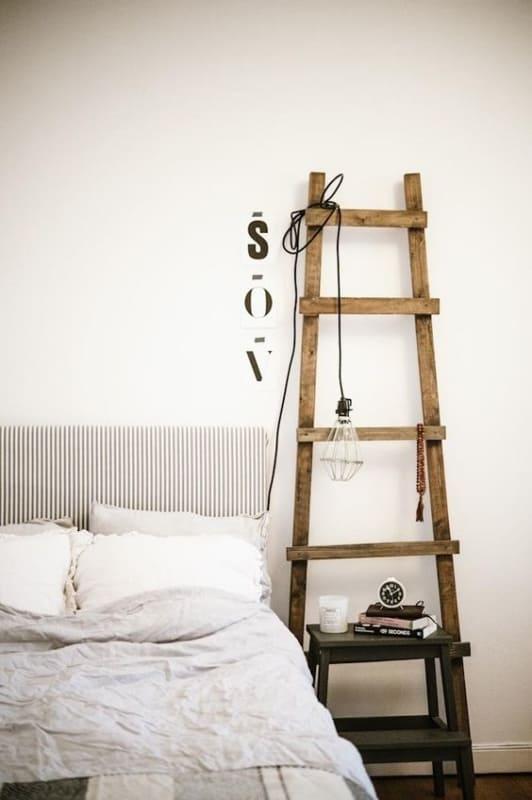 quarto com escada decorativa rustica ao lado da cama