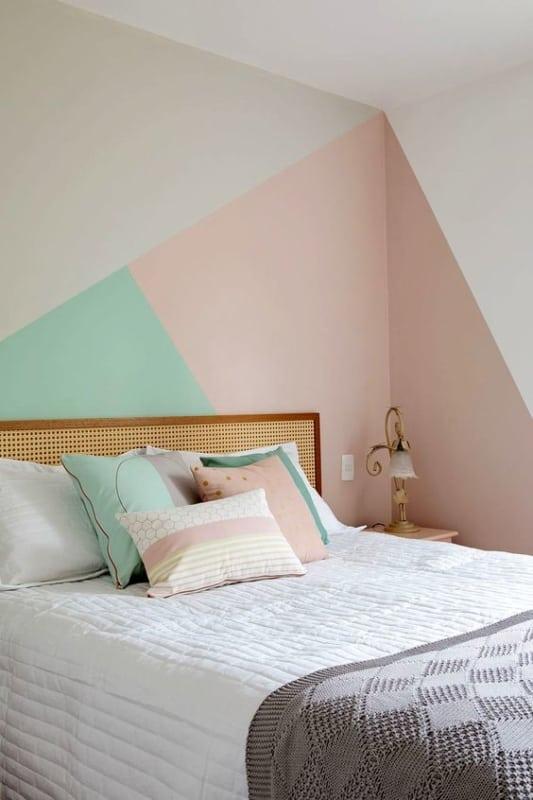 quarto com pintura geometrica em verde menta e rosa