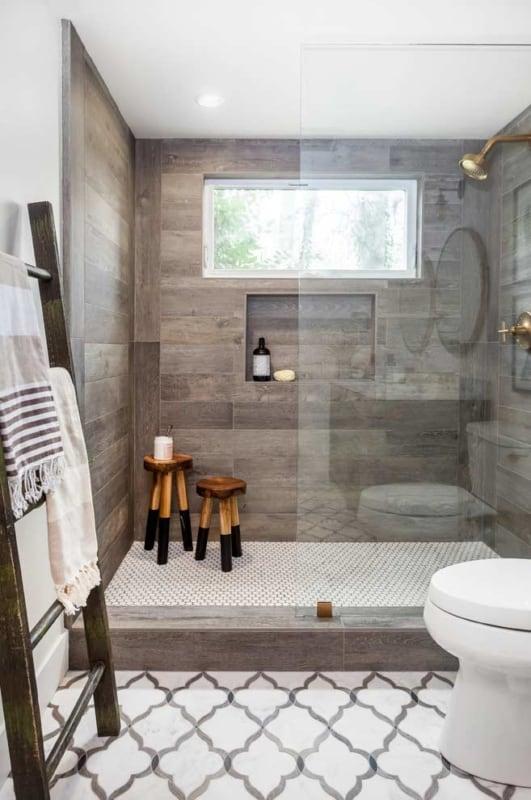 banheiro com toalheiro de escada decorativa rustica