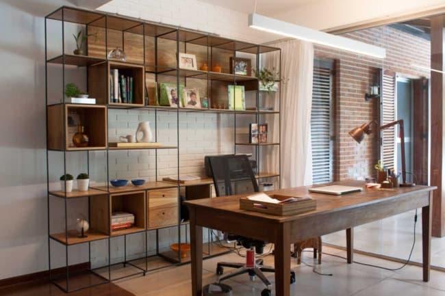 escritorio com estante de ferro e madeira