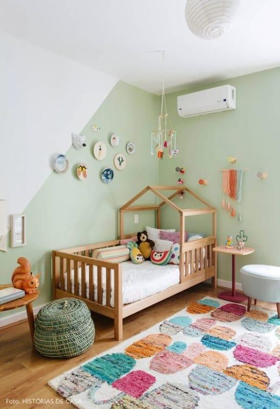 quarto de crianca com decoracao colorida e parede verde menta