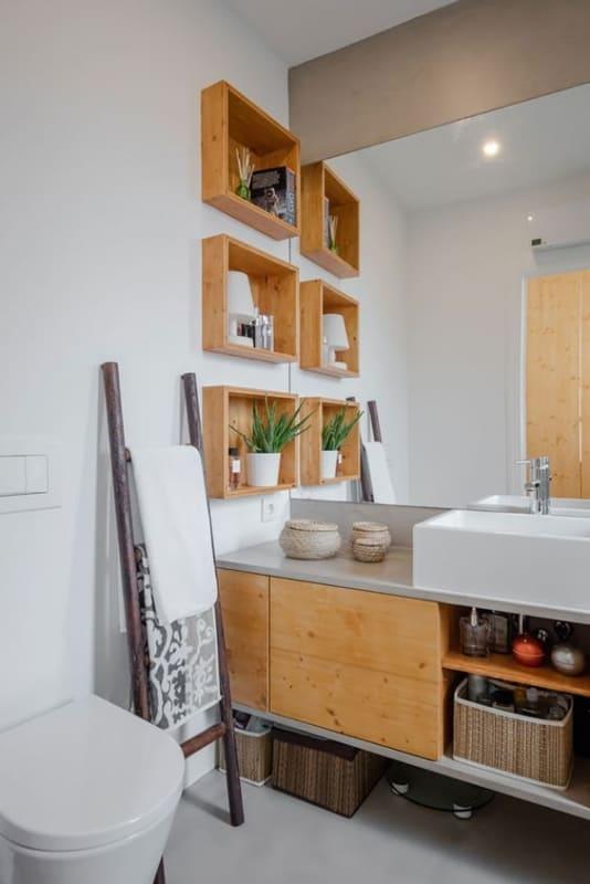 banheiro com escada rustica como toalheiro