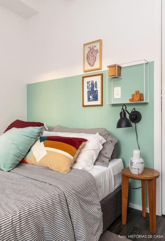 quarto decorado com meia parede verde menta