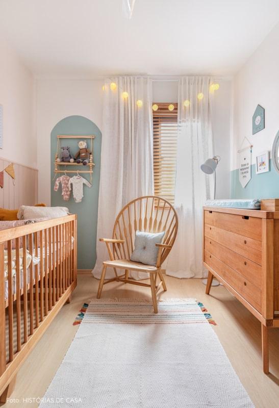 quarto de bebe verde menta com moveis de madeira