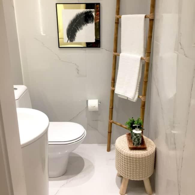 lavabo pequeno com escada decorativa de bambu