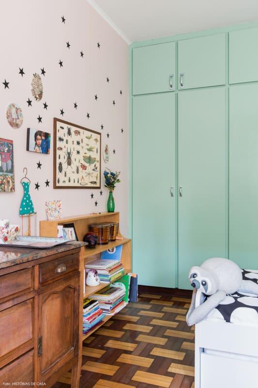quarto com guarda roupa em verde menta