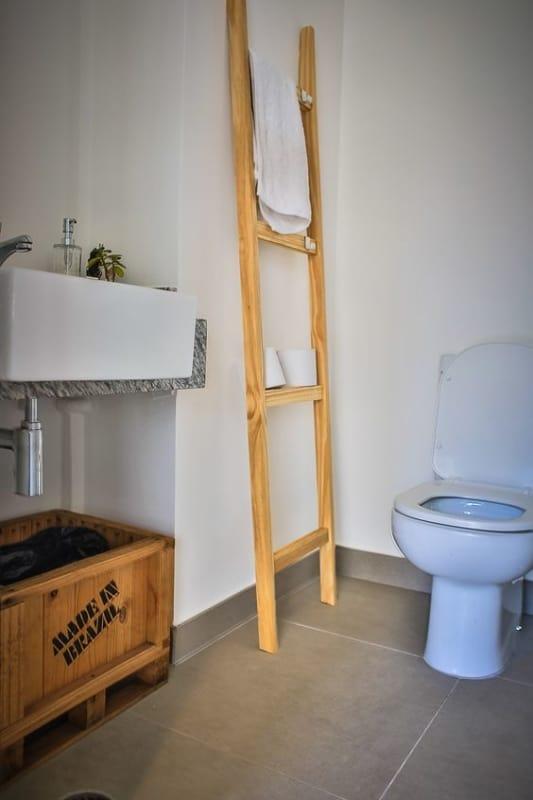 decoracao de banheiro simples com escada decorativa de madeira pinus