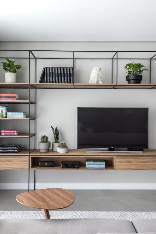 sala de tv com estante industrial