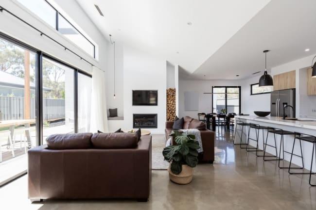 sala integrada com cozinha com piso de concreto polido