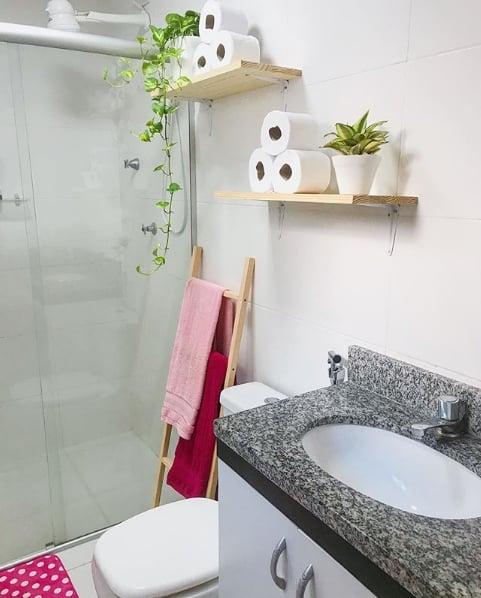 banheiro simples com escada toalheiro de madeira