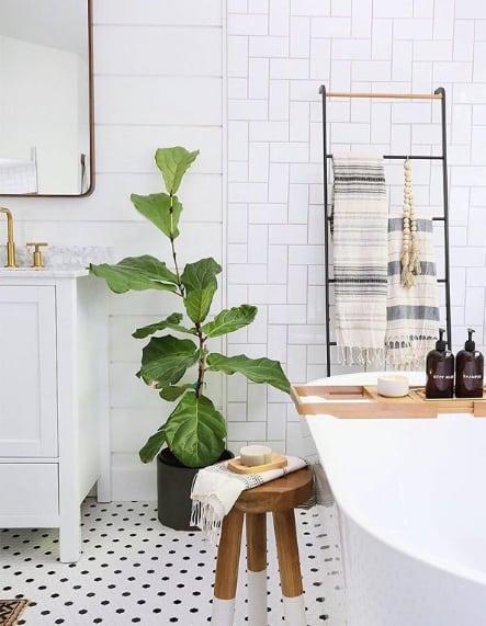 banheiro com escada decorativa de metal