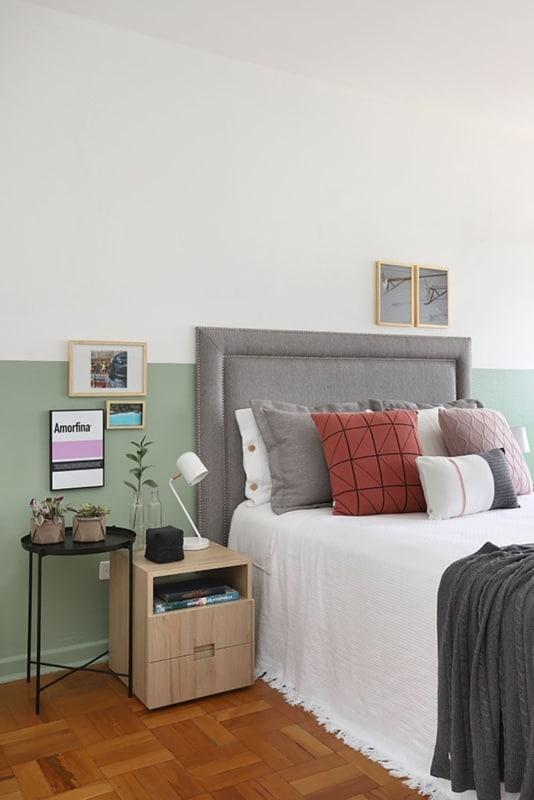 quarto com meia parede verde menta e cabeceira cinza