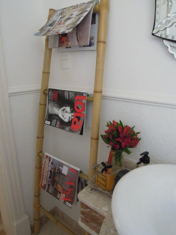 banheiro com revisteiro de escada decorativa de bambu
