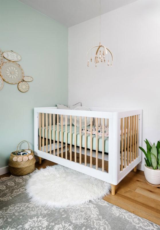 quarto de bebe com parede verde menta