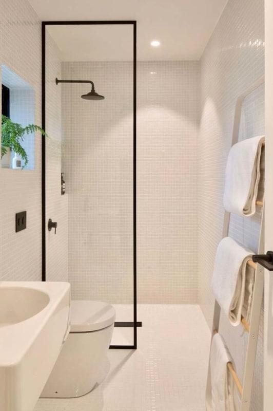 banheiro moderno com toalheiro de escada decorativa